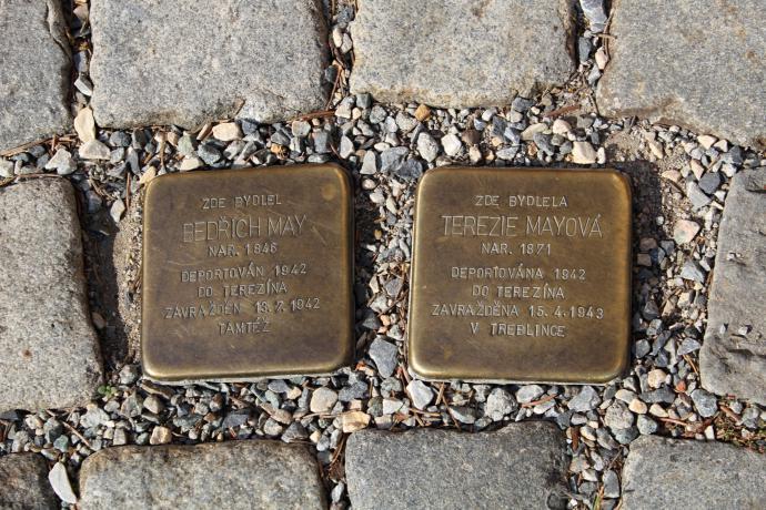 Kameny zmizelých umístěné před Mayovou vilou (foto: Aleš Spurný)